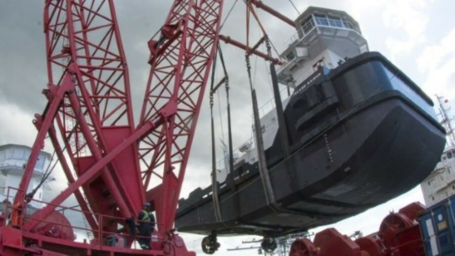 Cranes on a Dynamic barge lift ATB Island Raider in Vancouver's Burrard Inlet (credit Haig-Brown/Cum