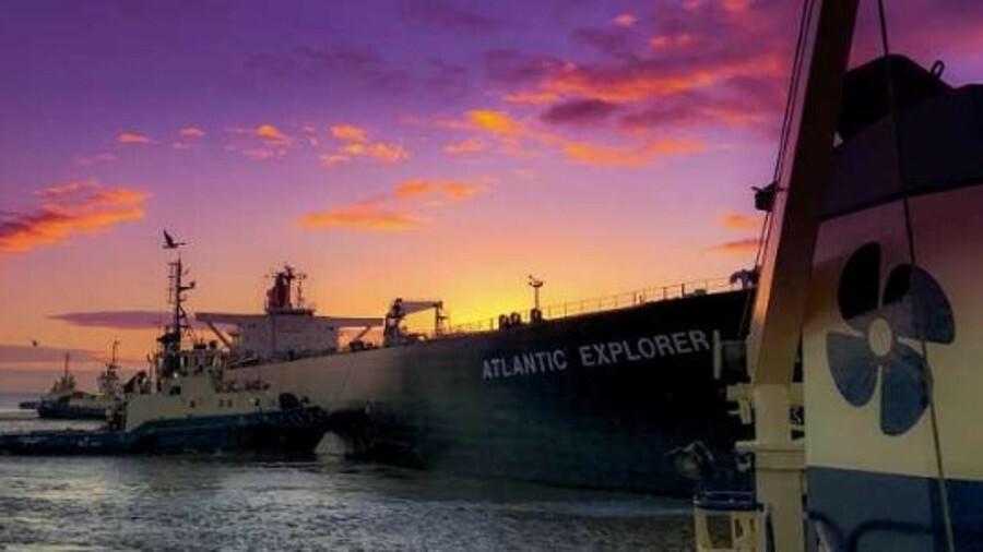 Svitzer tugs assist oil tankers at berths in European ports (credit: Sam Willis)