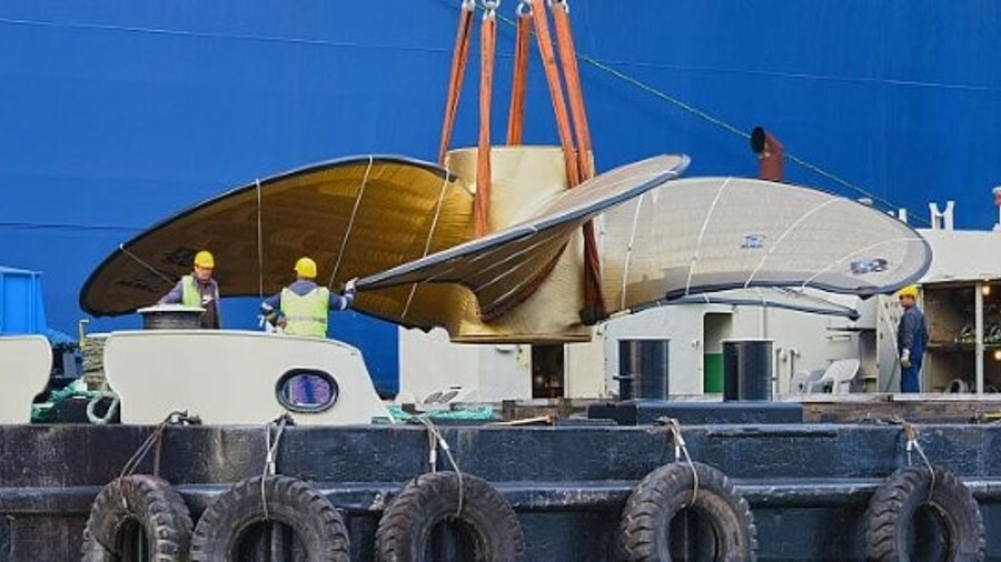 The world's largest propeller was loaded onto Hyundai Supreme to make the journey to Daewoo's shipya