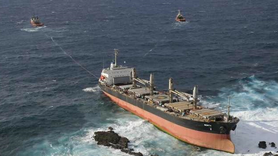 Tugs salvaged a bulk carrier from a rocky shore preventing an environmental disaster