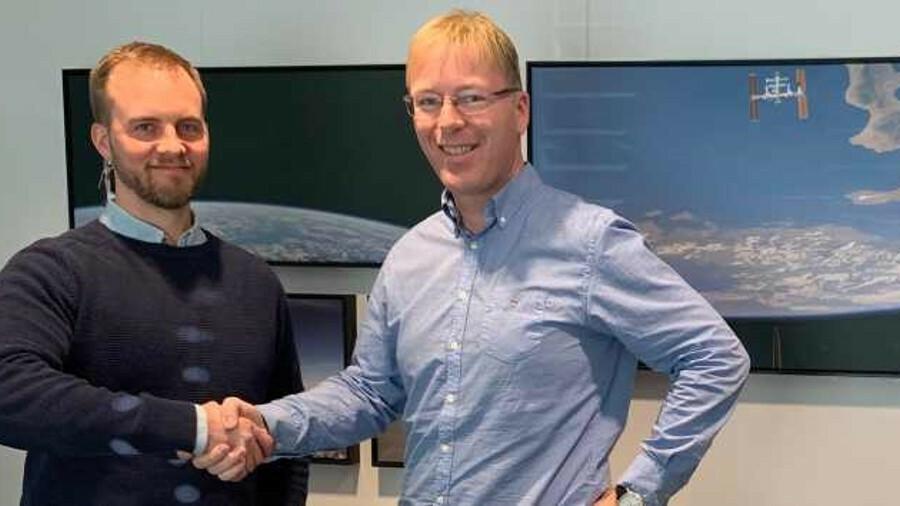Gjord Simen Sanna (Yxney) and  Kurt Roar Vilhelmsen (UniSea) sign the partnership deal
