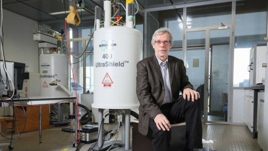 EPFL's Professor Gabor Laurenczy with a fuel cell developed at the university