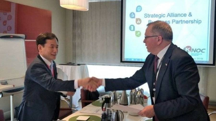 Jae-Heon Shim (left), senior vice president at KNOC and Eldar Sætre, CEO of Equinor, shake hands on
