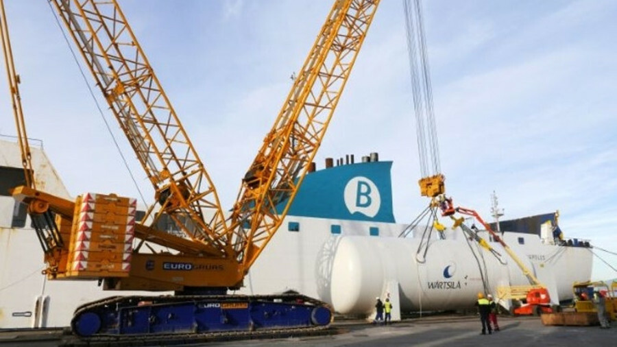 A key milestone in the project was lifting the 200-tonne LNG tank to place in the vessel – the heavi