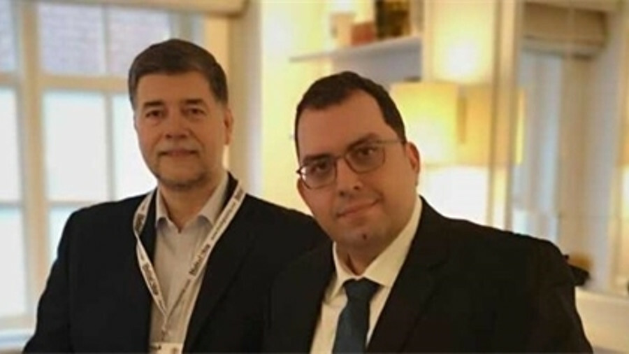 X (l-r) Ronald Spithout (Inmarsat) with John Laderos (SRH Marine) signed agreement to open ECDIS upd