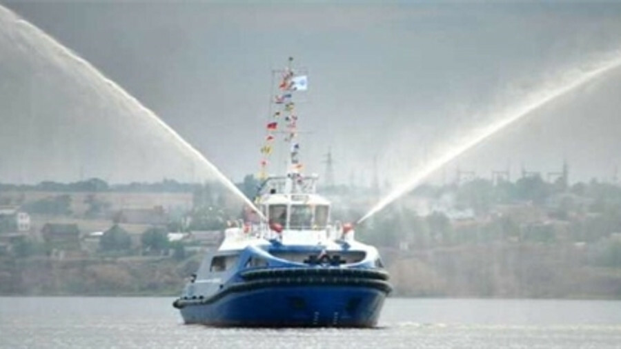 Icebreaking tugs allow year-round inland towage