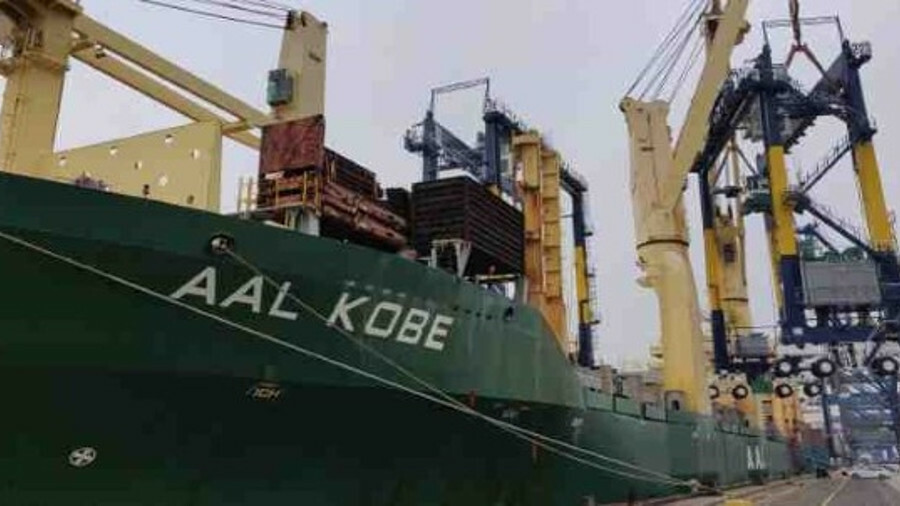 X Both main cranes were deployed to safely discharge the four rubber-tired gantry cranes from <i>AAL
