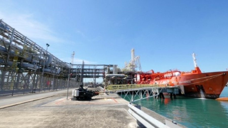 To fuel a heavy-lift ship, LNG was first reloaded onto a small-scale tanker