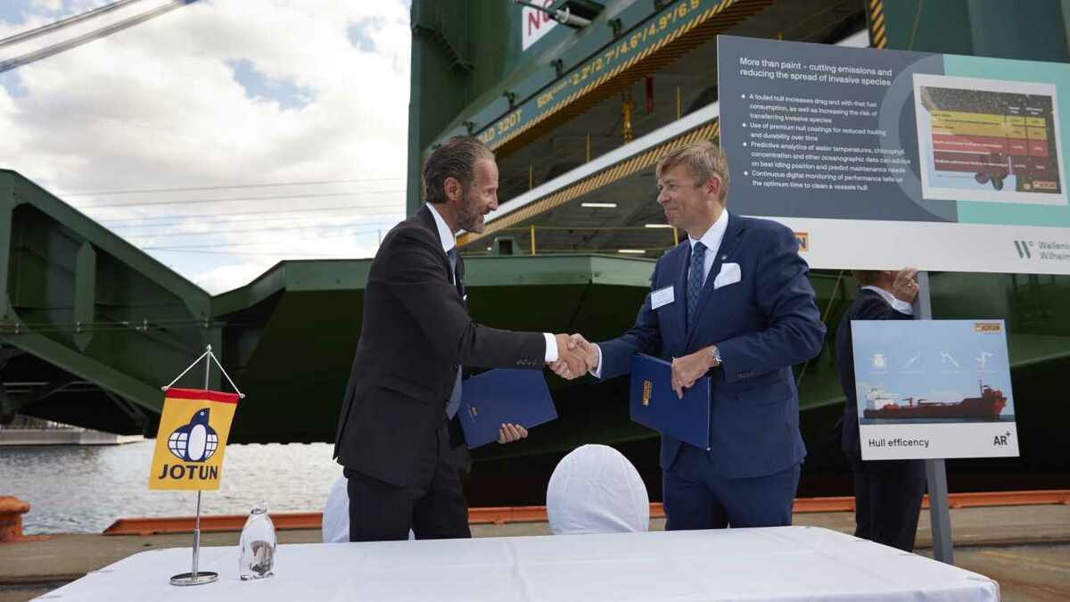 (l-r) Ulf Skovli (Jotun) shakes hands with Geir Fagerheim (Wallenius Wilhelmsen)