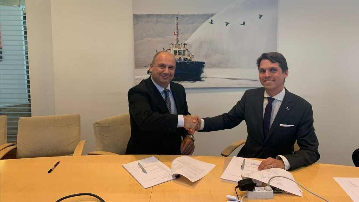 (l-r) Hakan Sen (Med Marine) with Mattias Hellström (Svitzer) signing tug newbuilding contract