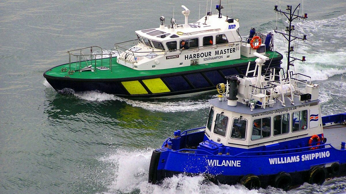 2004-built stan tug Wilanne sails with a Southampton harbour pilot vessel