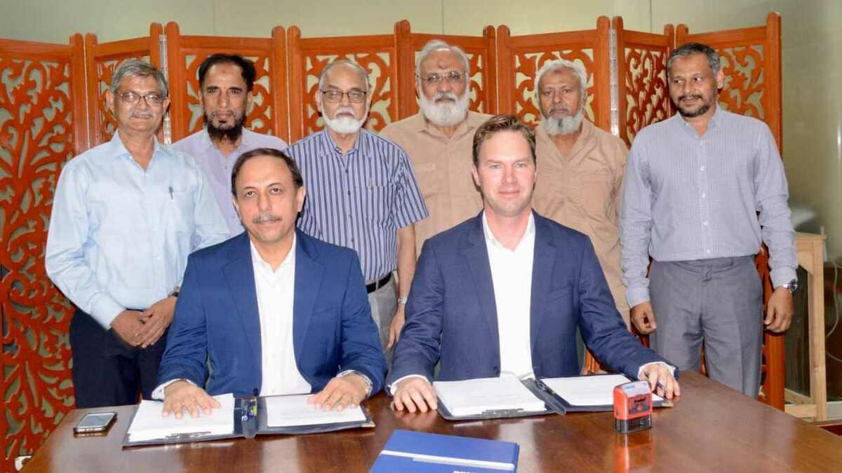 (l-r) Comm Saleem Iqbal (Karachi Shipyards) and Teun Haverkort (Damen) sign contract in Pakistan