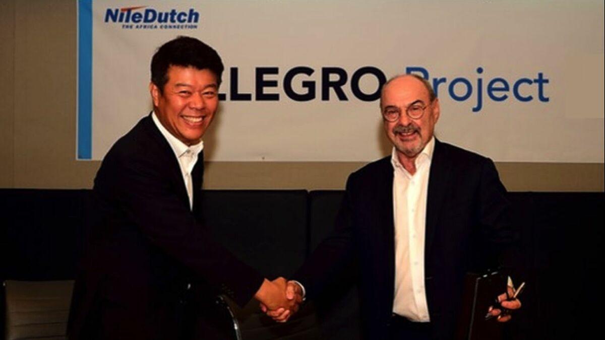 (l-r) Jason Hyeon (CyberLogitec) shakes hands with Wim J van Aalst (NileDutch)