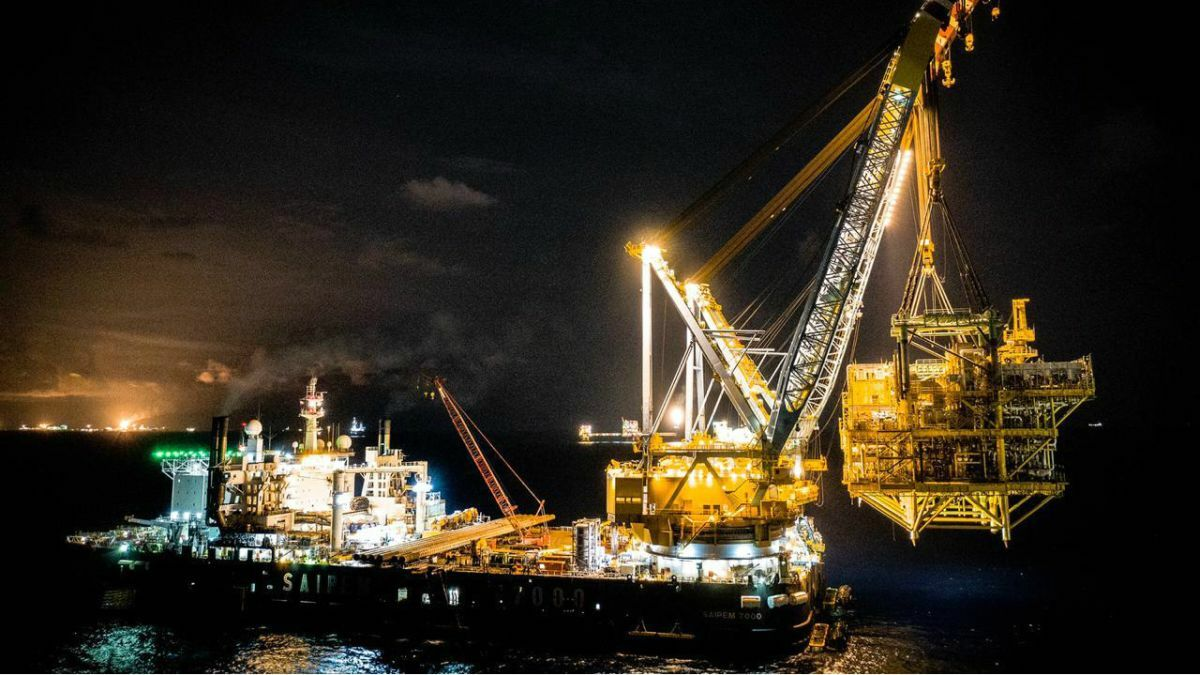 Using its twin cranes, Saipem 7000 set a heavy lift record of 11,100 tonnes for the GOM