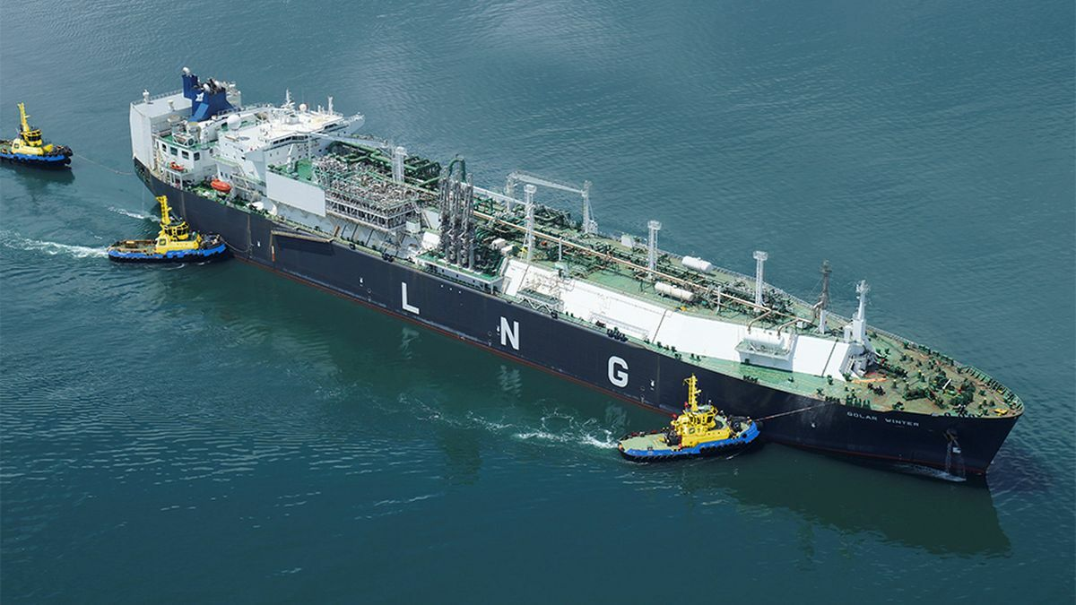 SAAM Towage tugs manoeuvre an LNG carrier in South America