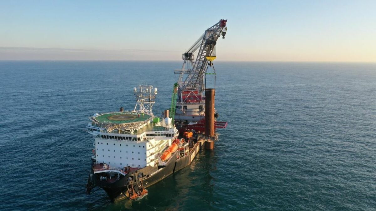 Seaway 7's heavy lift vessel installs a monopile while in DP mode