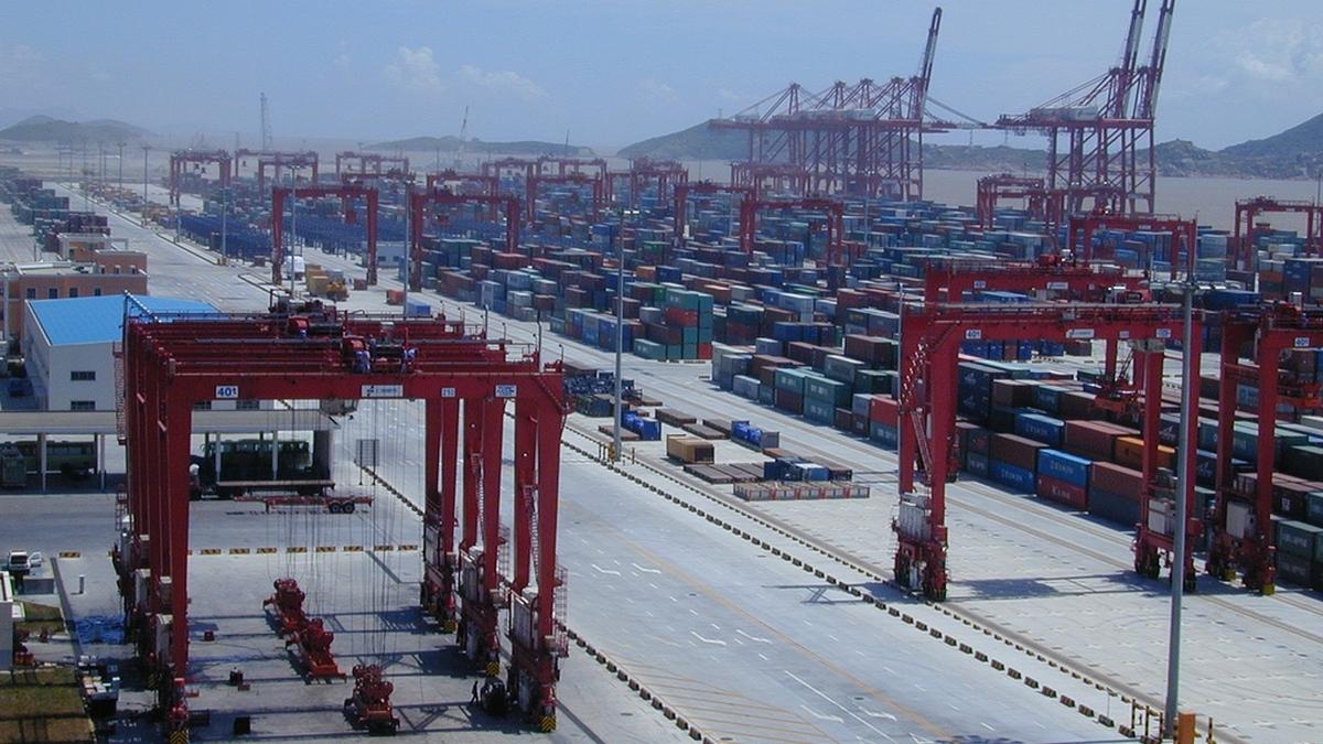Box ship calls at key Chinese ports have fallen (Shanghai Port, WikiCommons public domain)