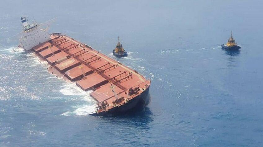 Salvage tugs prepare to rescue Stellar Banner to prevent oil pollution