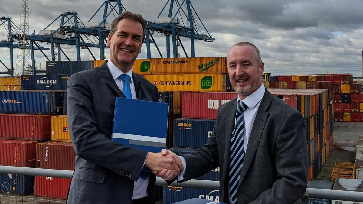 Frank de Lange (Damen) signs tug contract with Stuart Wallace (Forth Ports)