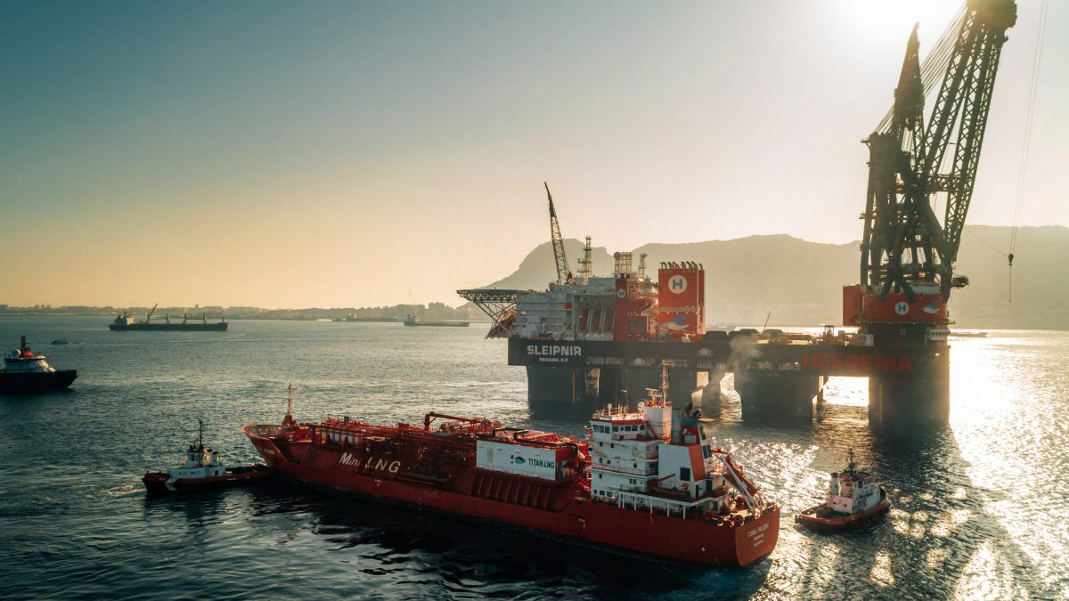Coral Fraseri delivered a record 3,300 tonnes of LNG to the semi-submersible crane vessel Sleipnir