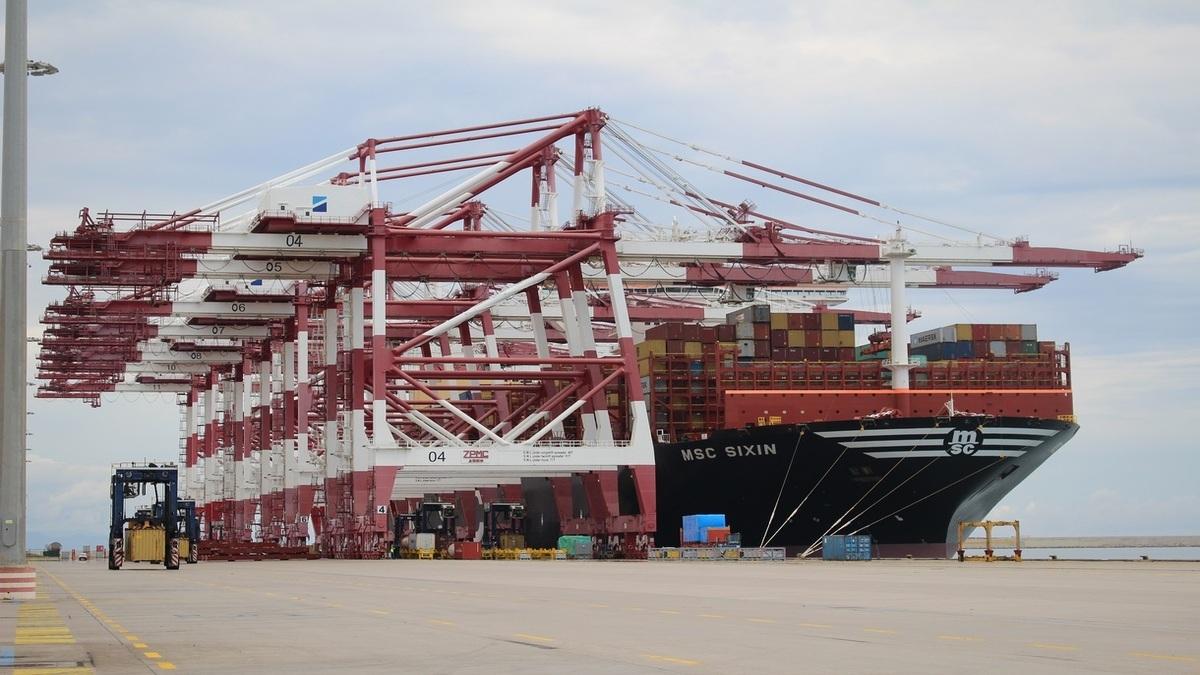 Barcelona welcomes behemoth box ship