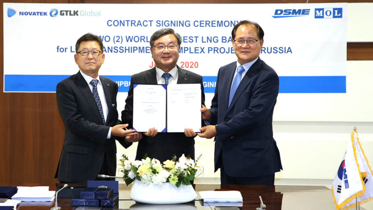 DSME executives Hyung-Geun Park, Sung-Keun Lee and Kwon Oh-ik marked the first orders for LNG barges from a Russian owner