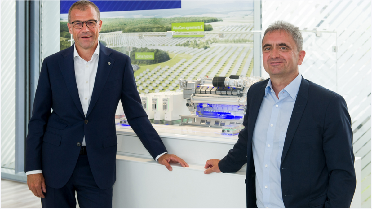 Andreas Schell (L), CEO of Rolls-Royce business unit Power Systems and Uwe Lauber (R), CEO of MAN Energy Solutions sign an MoU to collaborate on myu fleet management system (Image: Rolls-Royce)