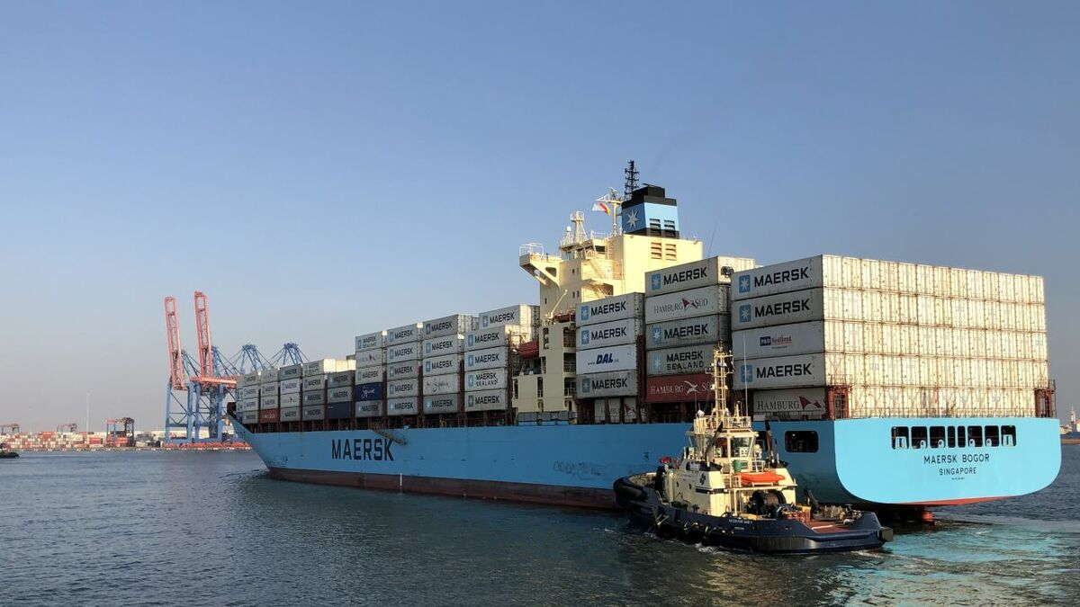 A Svitzer tug assists Maersk Bogor container ship