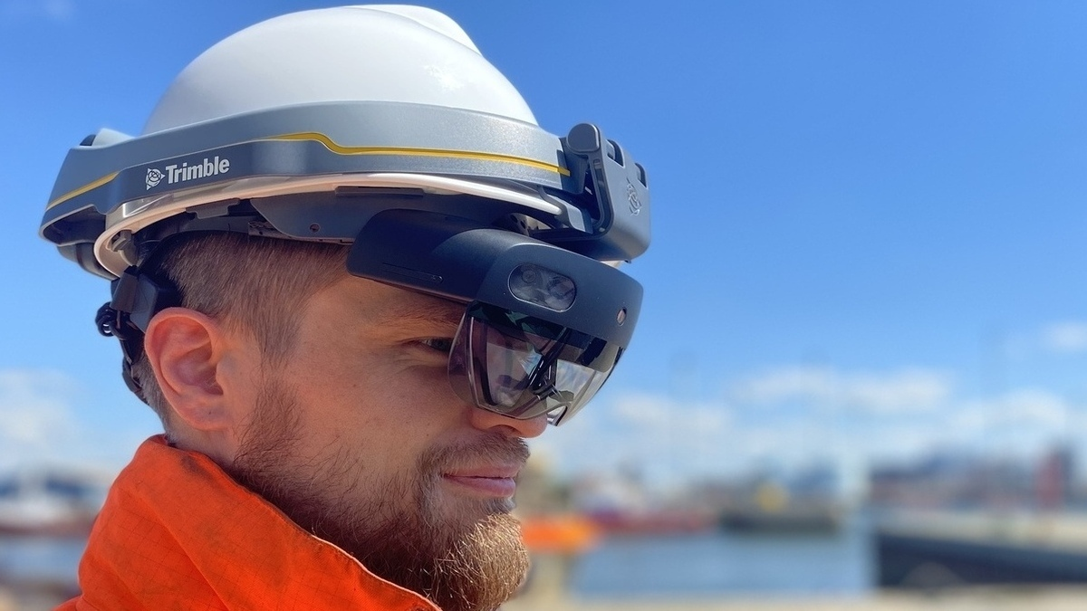 Technician wearing the Trimble XR10 with Microsoft HoloLens 2(Image: Semco Maritime)