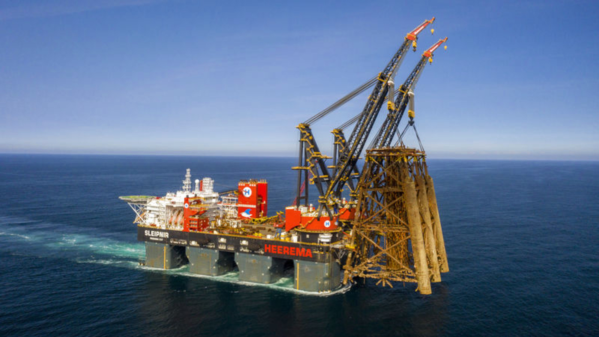 Sleipnir lifting the 10,100-tonne Brent Alpha jacket for removal and recycling (image: HMC)