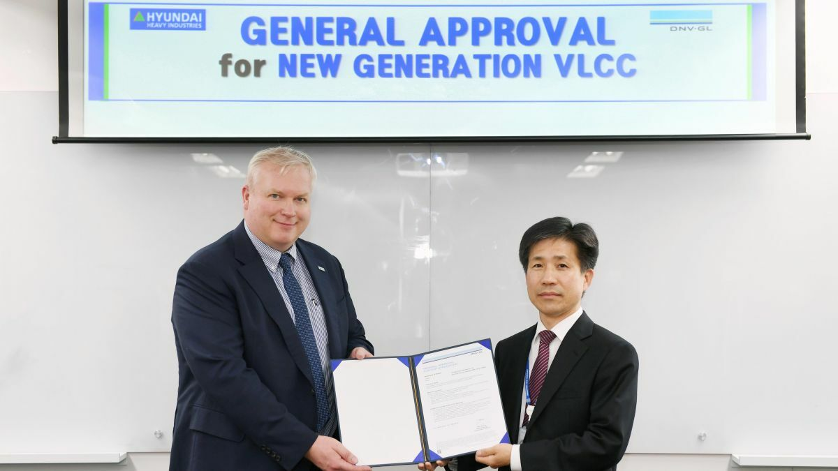 Right to left: Vidar Dolonen (DNV GL) presents the GASA certificate to Seung Ho Jeon (HHI) in Seoul