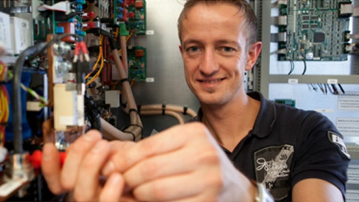 A JovyAtlas engineer fixes automation system components (source: Wärtsilä)
