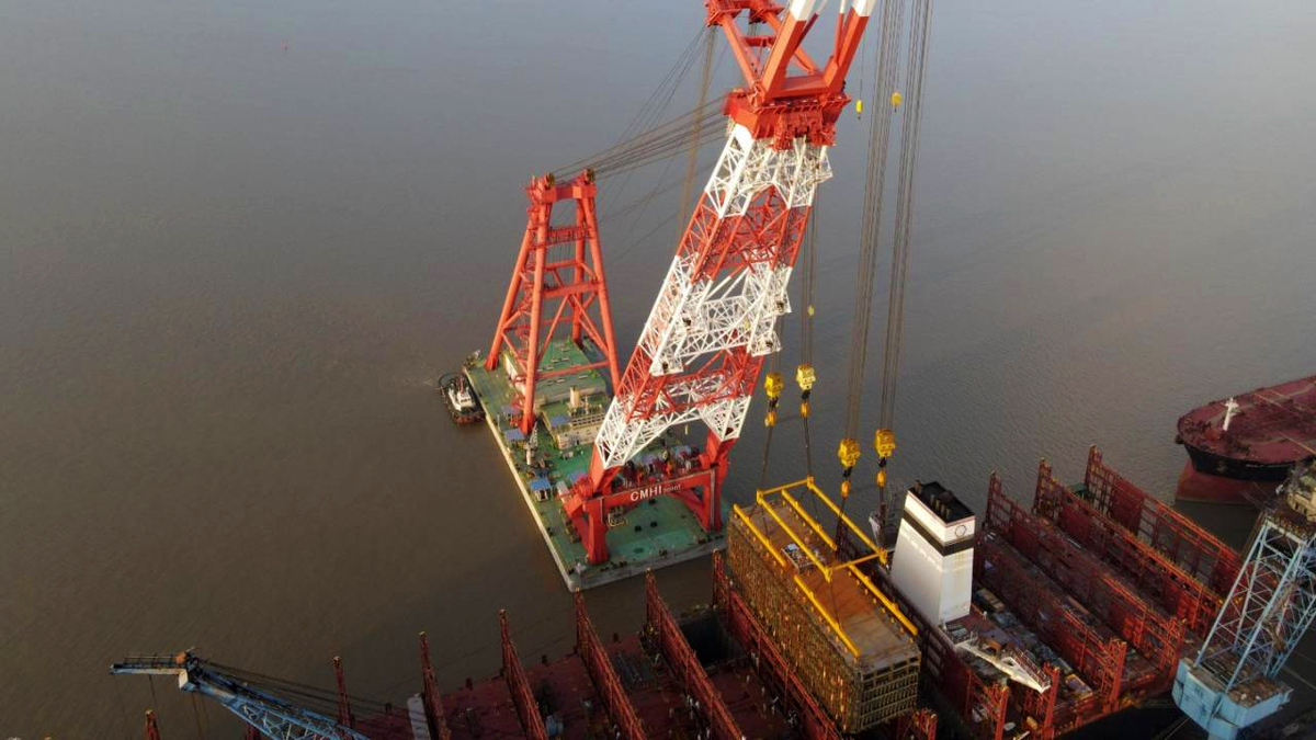 A floating crane vessel lifts the massive LNG fuel tank into the hold of Sajir (Source: Hapag-Lloyd)