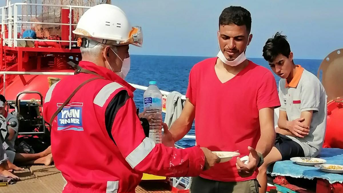 YMN Med Baltic crewmember provides a meal to rescued migrant (image: YMN)