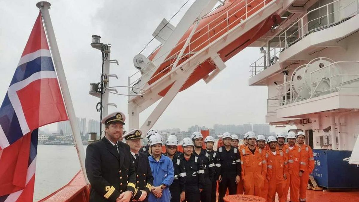 The Captain and crew hoist the flag on board Bow Excellence (source: Odfjell Tankers)