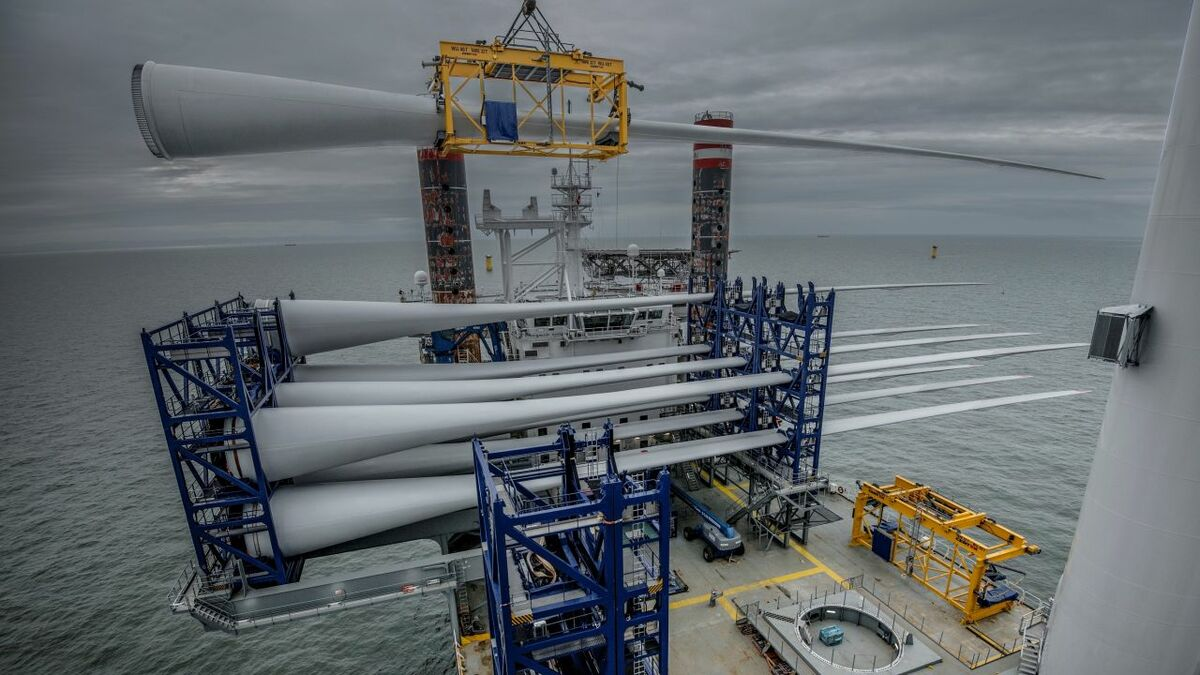 Installing structures such as blades requires them to be lifted and oriented exactly and can be challenging in the offshore environment