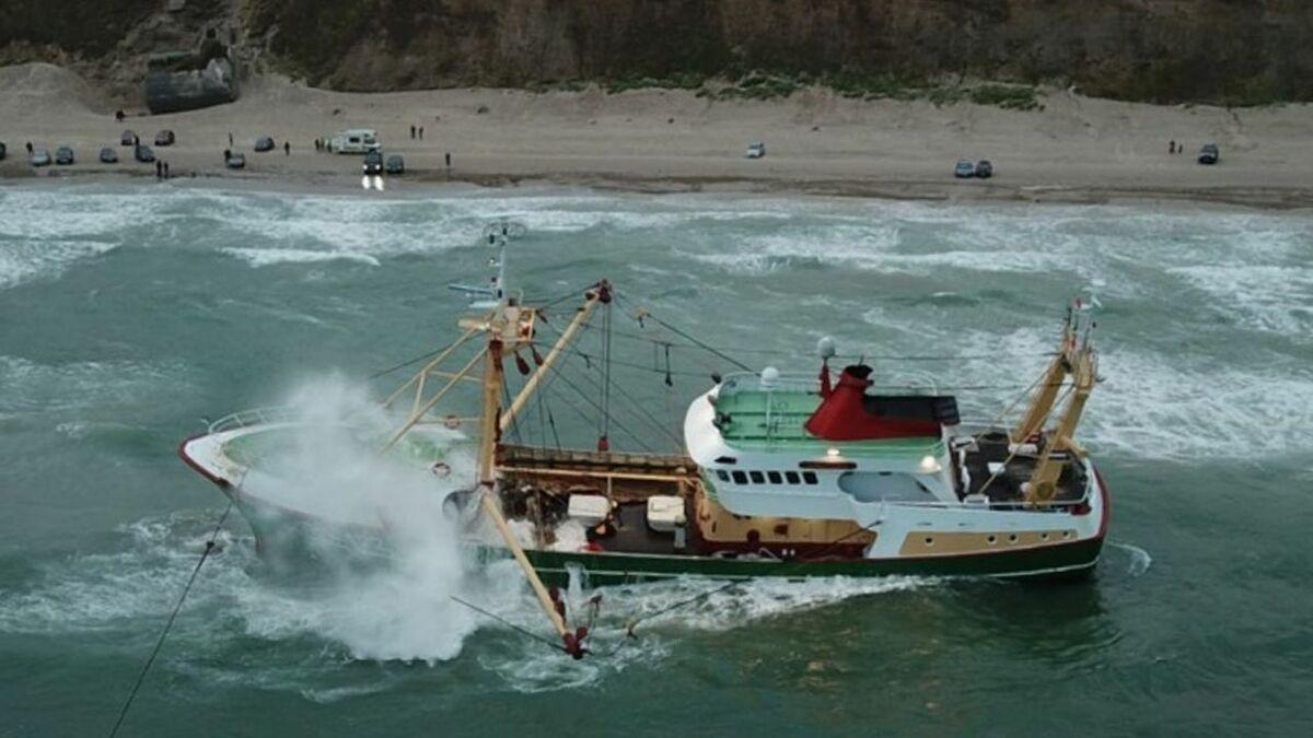 Salvage of fishing vessel Sursum Corda, grounded in Denmark (source: ISU)