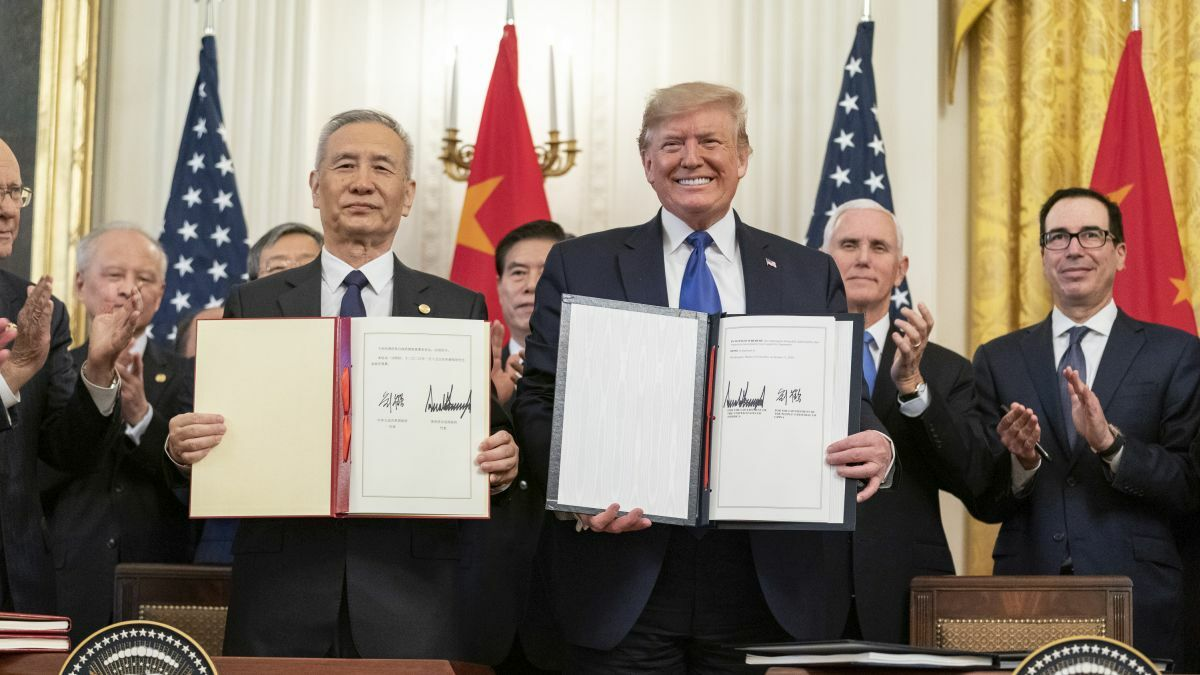 Chinese Vice Premier Liu He and US President Donald Trump sign a trade agreement between the US and China (source: The Whitehouse)