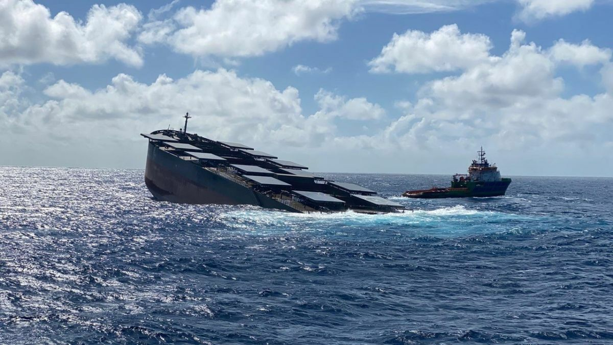 A tug assists in salvage of a bulk carrier in the Indian Ocean (source: ISU)