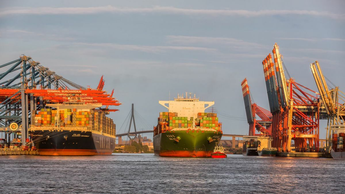 A tug aids a CMA CGM container ship in Port of Hamburg (source: Port of Hamburg)