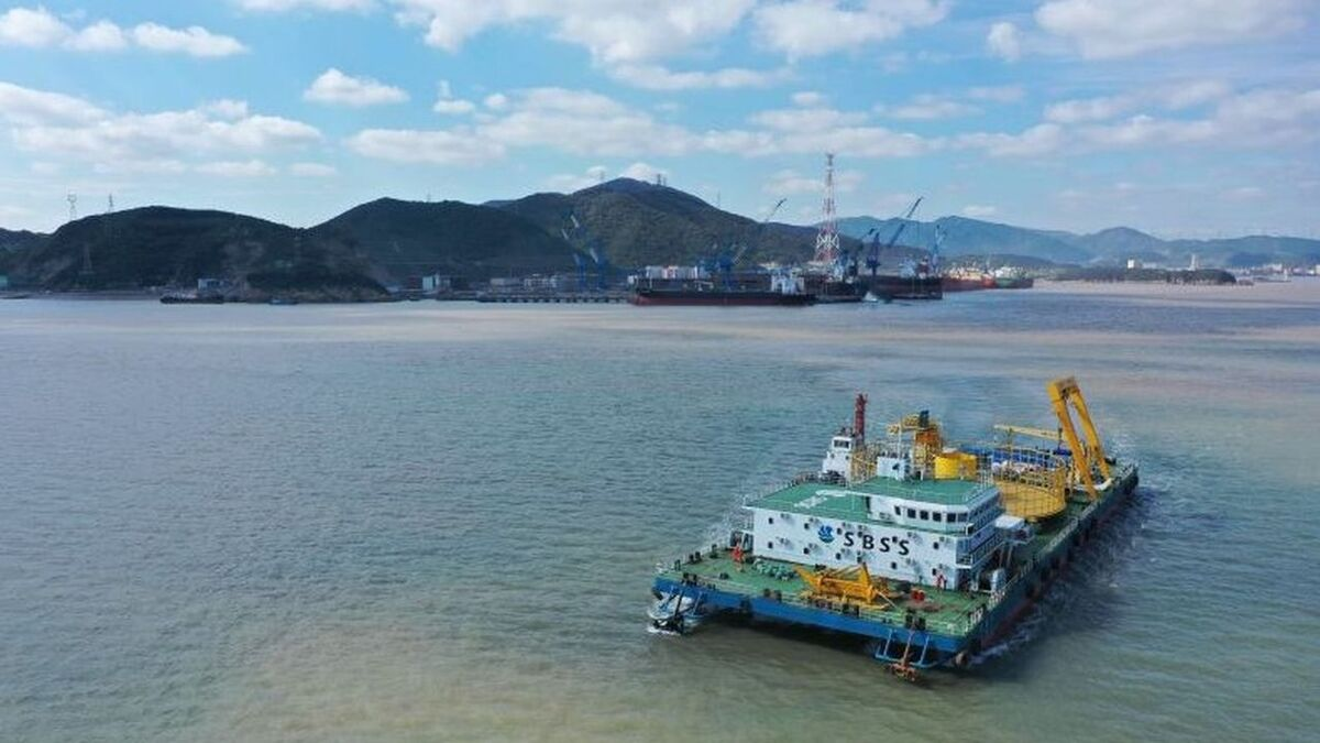 Fu Yong 6 is a multi-purpose cable-lay barge with a 5,500-tonne capacity carousel and six-point mooring system