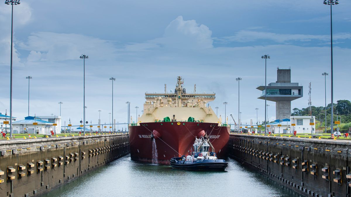 SK Resolute making the 10,000th Neopanamax transit of the expanded Panama Canal (source: Panama Canal Authority)