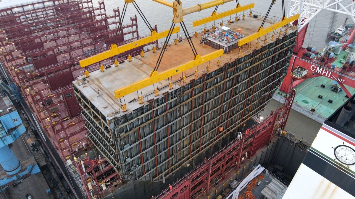 A massive prefabricated membrane fuel tank was lifted into Sajir for its conversion (source: Hapag-Lloyd)