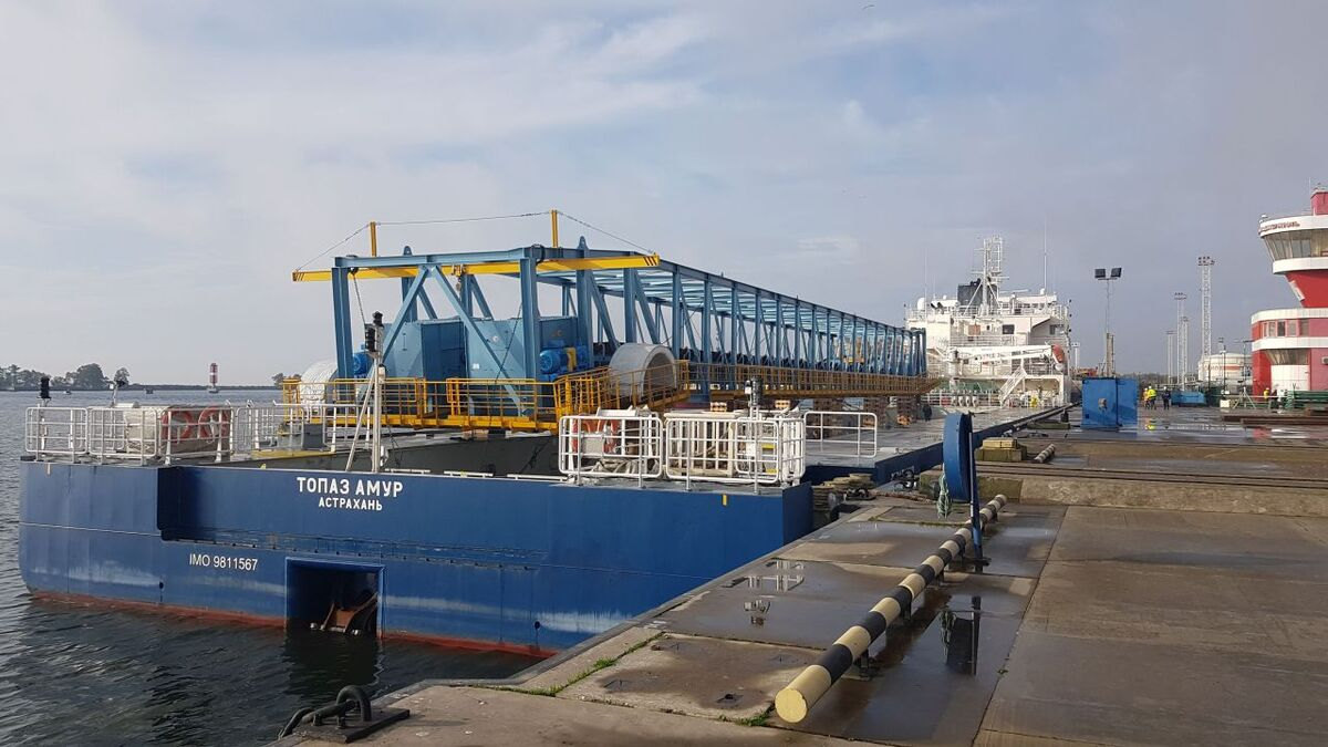 Topaz Amur loaded with project cargo for Russian inland waterways (source: POML)