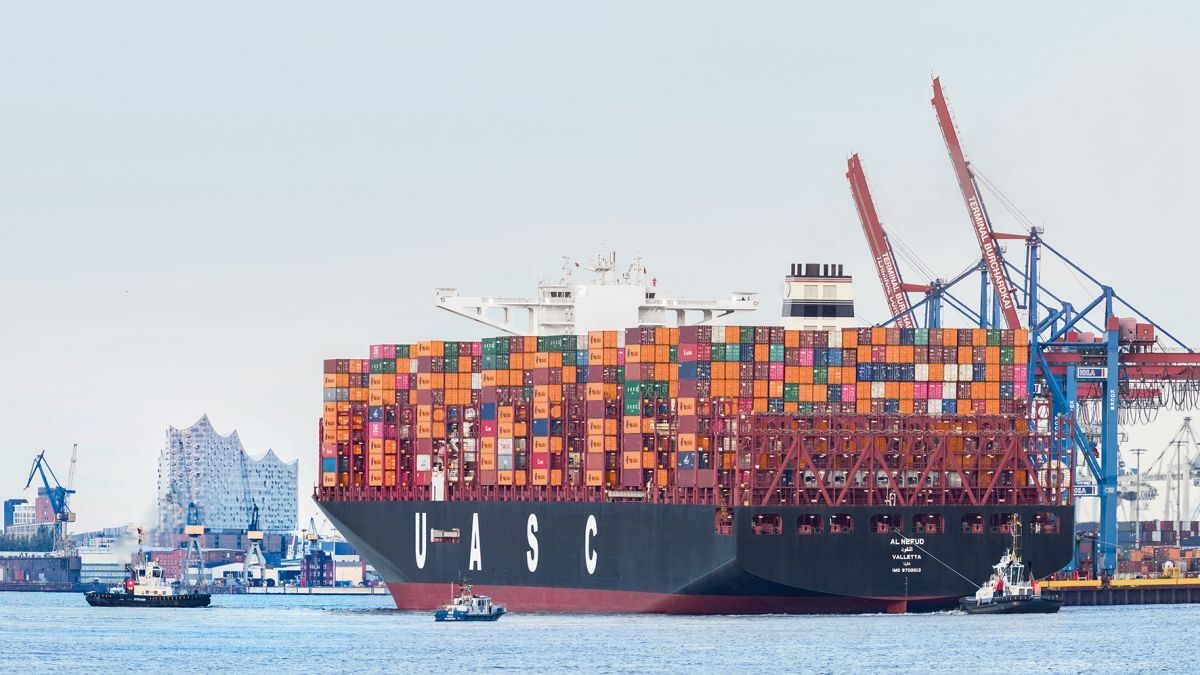 With a capacity of 19,870 TEU, 400-m long Al Nefud is one of Hapag-Lloyd's biggest vessels (source: Hapag-Lloyd)