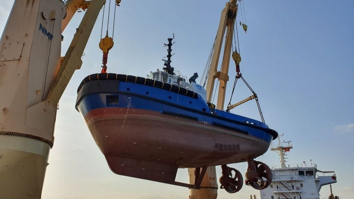 ASD Mater tug is loaded on to a heavy-lift vessel bound for Ecuador (source: Damen)
