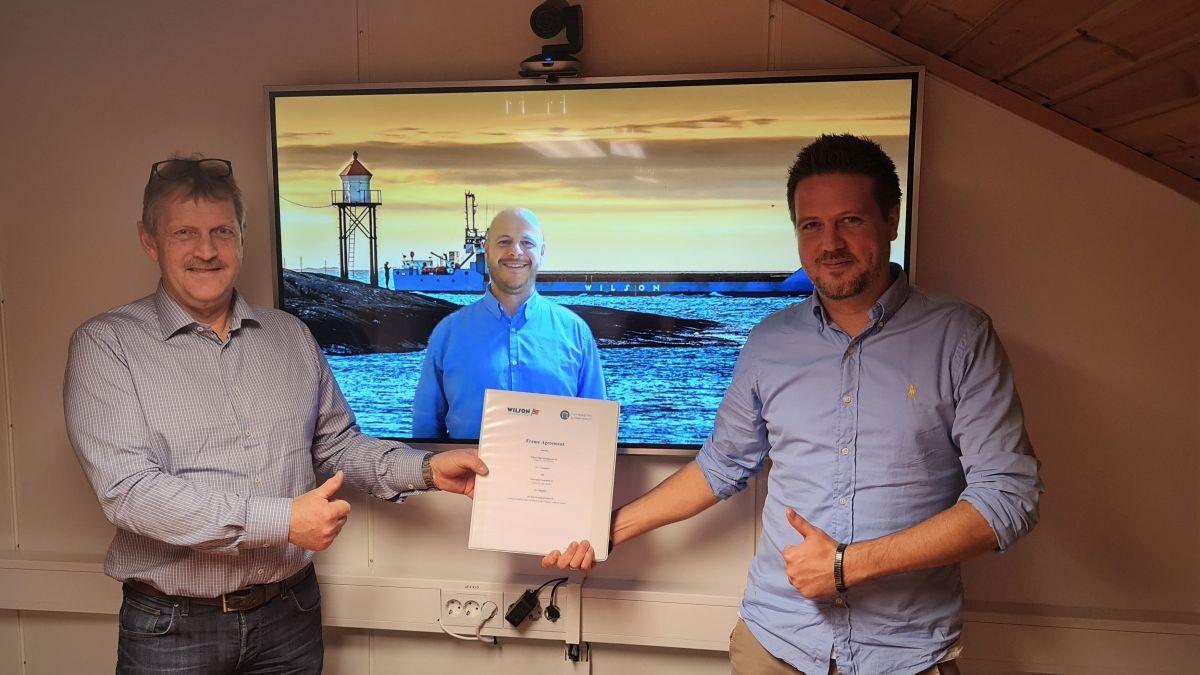 L to R: Jon Kopperstad (NG), Thorbjørn Dalsøren (Wilson), Børge Gjelseth (NG) seal the deal (Source: NG)