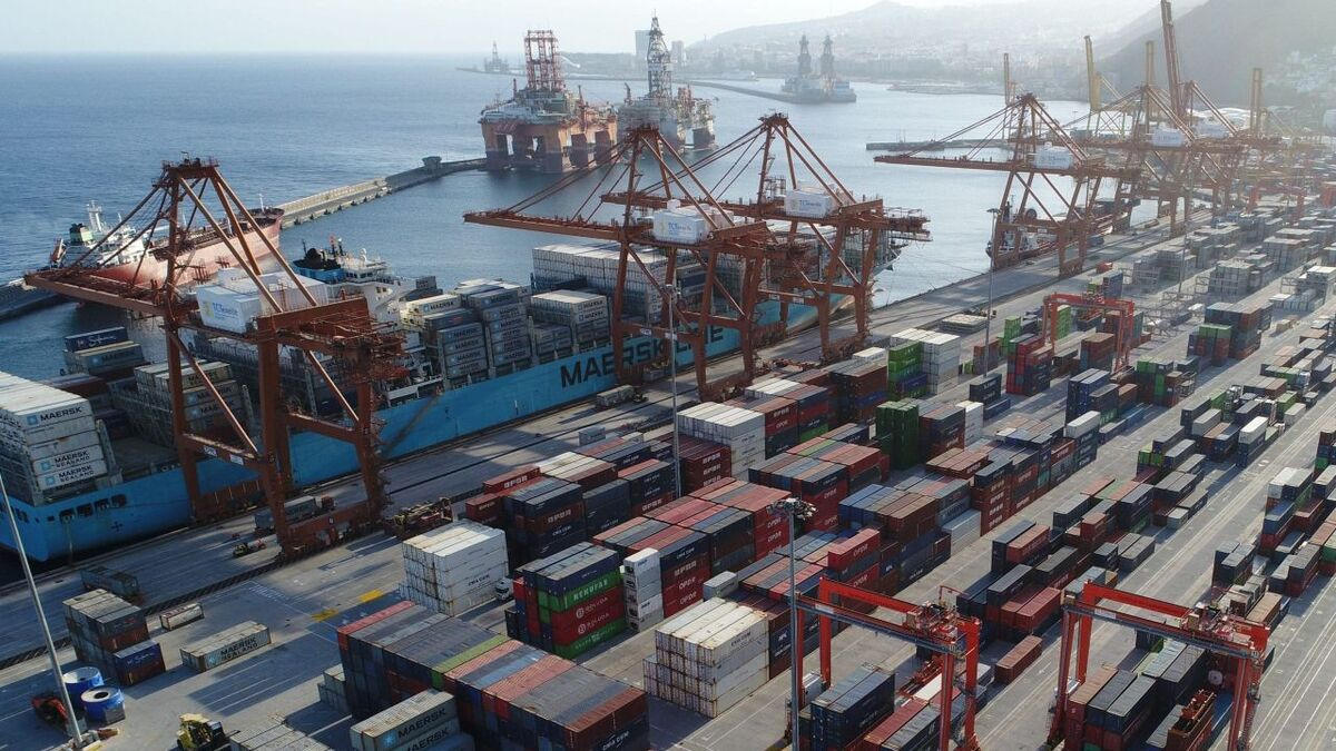 Container terminal and rigs moored in the port of Santa Cruz de Tenerife (source: port authority)