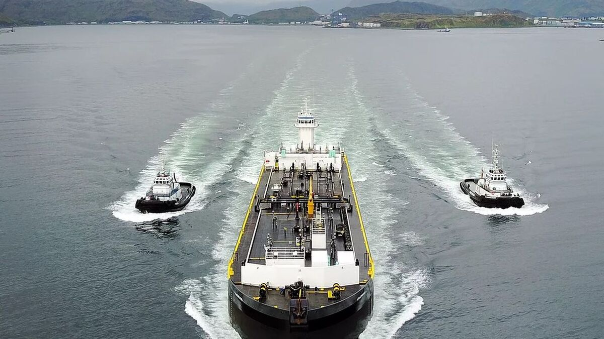 Centreline tugs assist a ship on the US west coast (source: Centreline)