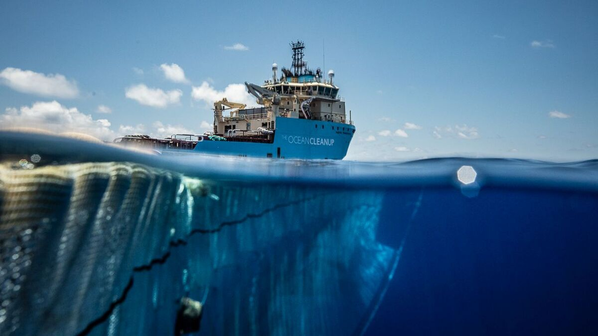 Maersk anchor handler helps deploy The Ocean Cleanup net to collect plastic (source: Maersk)